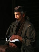 Nenji Kashiwazaki / Okina interpretado por Min Tanaka